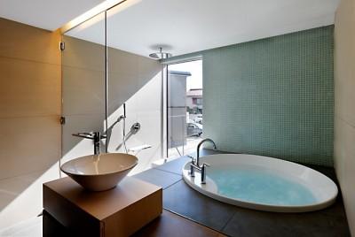 バスルーム (CmSoHo スキップフロアを用い、小さな土地に伸びやかな広がりのある空間を形成)