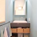 築40年以上の戸建住宅を快適なお住まいへリノベーションの写真 アクセントクロスが映える造作洗面台