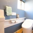 築40年以上の戸建住宅を快適なお住まいへリノベーションの写真 ヘリンボーンの床がかわいいトイレ(1階)