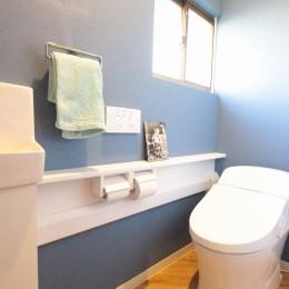 築40年以上の戸建住宅を快適なお住まいへリノベーション (ヘリンボーンの床がかわいいトイレ(1階))