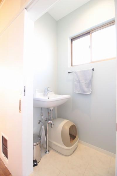 ペットドアをつけたトイレ(2階) (築40年以上の戸建住宅を快適なお住まいへリノベーション)