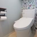 築40年以上の戸建住宅を快適なお住まいへリノベーションの写真 ペットドアをつけたトイレ(2階)