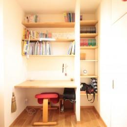 築40年以上の戸建住宅を快適なお住まいへリノベーション (造り付けカウンターと本棚を備えたお兄ちゃんの個室)