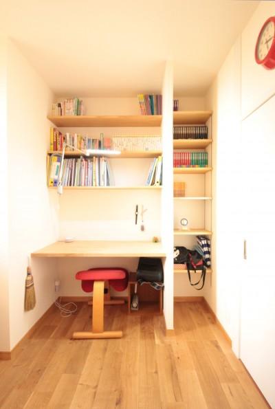 造り付けカウンターと本棚を備えたお兄ちゃんの個室 (築40年以上の戸建住宅を快適なお住まいへリノベーション)