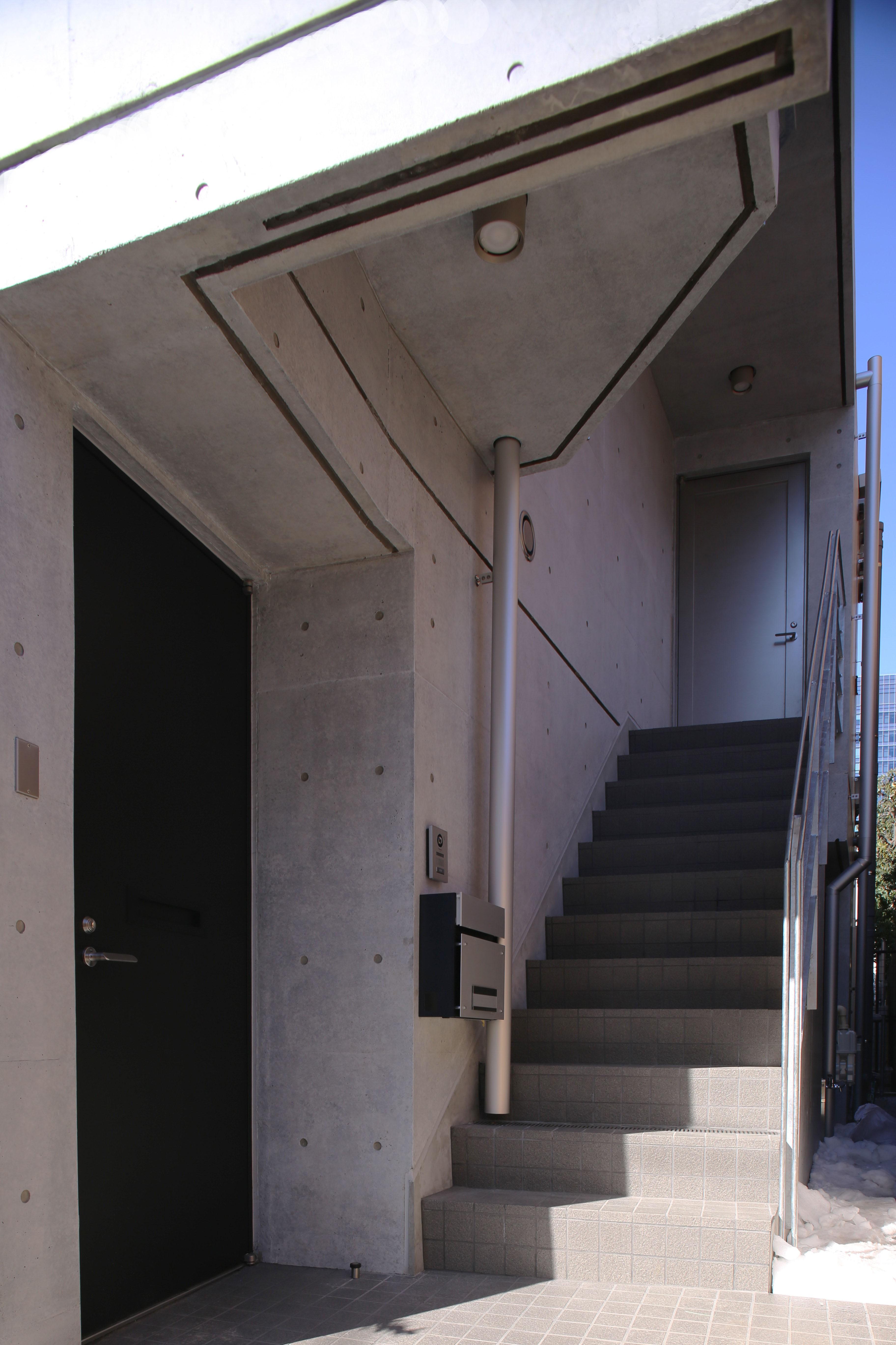 玄関事例:玄関(【神宮前 フラッツ AL - 親の家】 多様な用途を内包する箱)