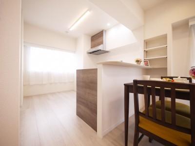 カウンターキッチン (白を基調とした開放感ある3LDK)