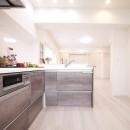 白を基調とした開放感ある3LDKの写真 キッチン