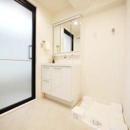 白を基調とした開放感ある3LDK (洗面室)