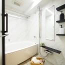 白を基調とした開放感ある3LDKの写真 バスルーム
