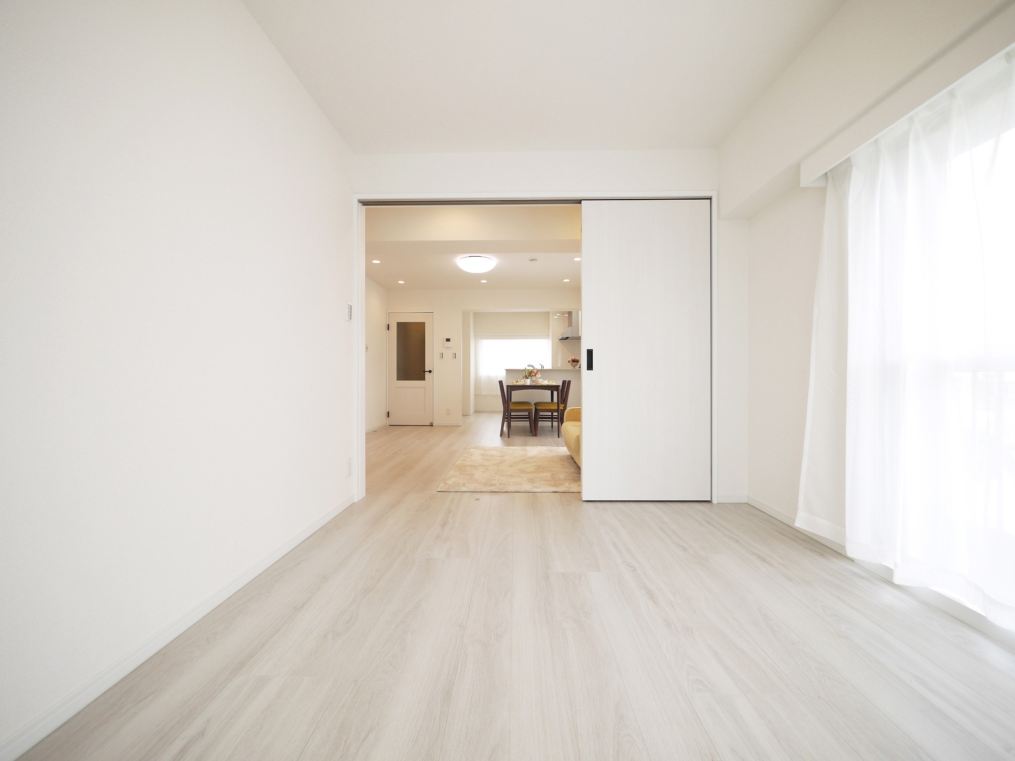 その他事例:引き戸の洋室(白を基調とした開放感ある3LDK)