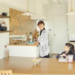 会話のしやすい I 型キッチンとダイニング (リノベーション / Aloha)