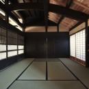 愛知の茅葺き再生の写真 黒い板戸の古建具。