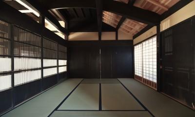 愛知の茅葺き再生 (黒い板戸の古建具。)