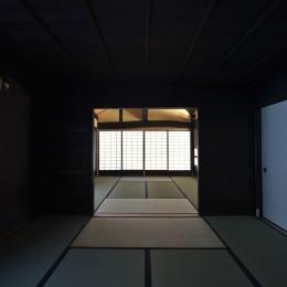 愛知の茅葺き再生 (寝室から客間を見る。)