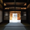愛知の茅葺き再生の写真 奥座敷から玄関を見る
