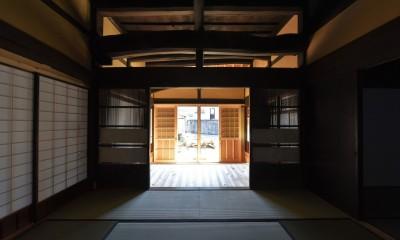 愛知の茅葺き再生 (奥座敷から玄関を見る)