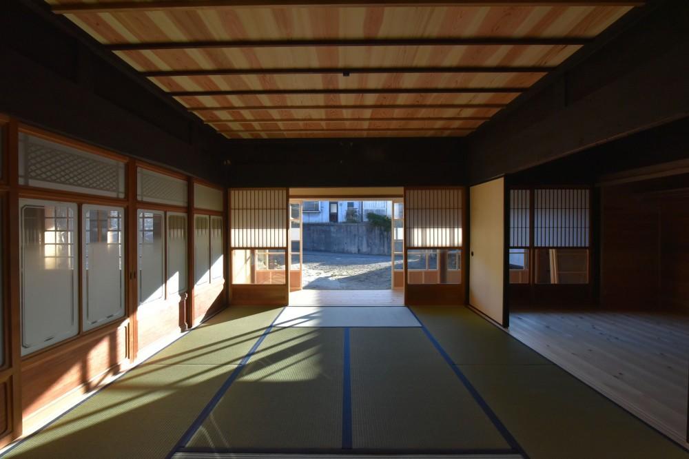 愛知の茅葺き再生 (和室から縁側越しに外を見る。)