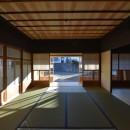 愛知の茅葺き再生の写真 和室から縁側越しに外を見る。