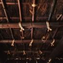 愛知の茅葺き再生の写真 藁紐で結び直し。