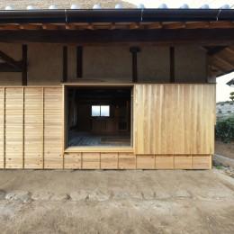 愛知の茅葺き再生 (もともと玄関の開口部を窓として活用。)