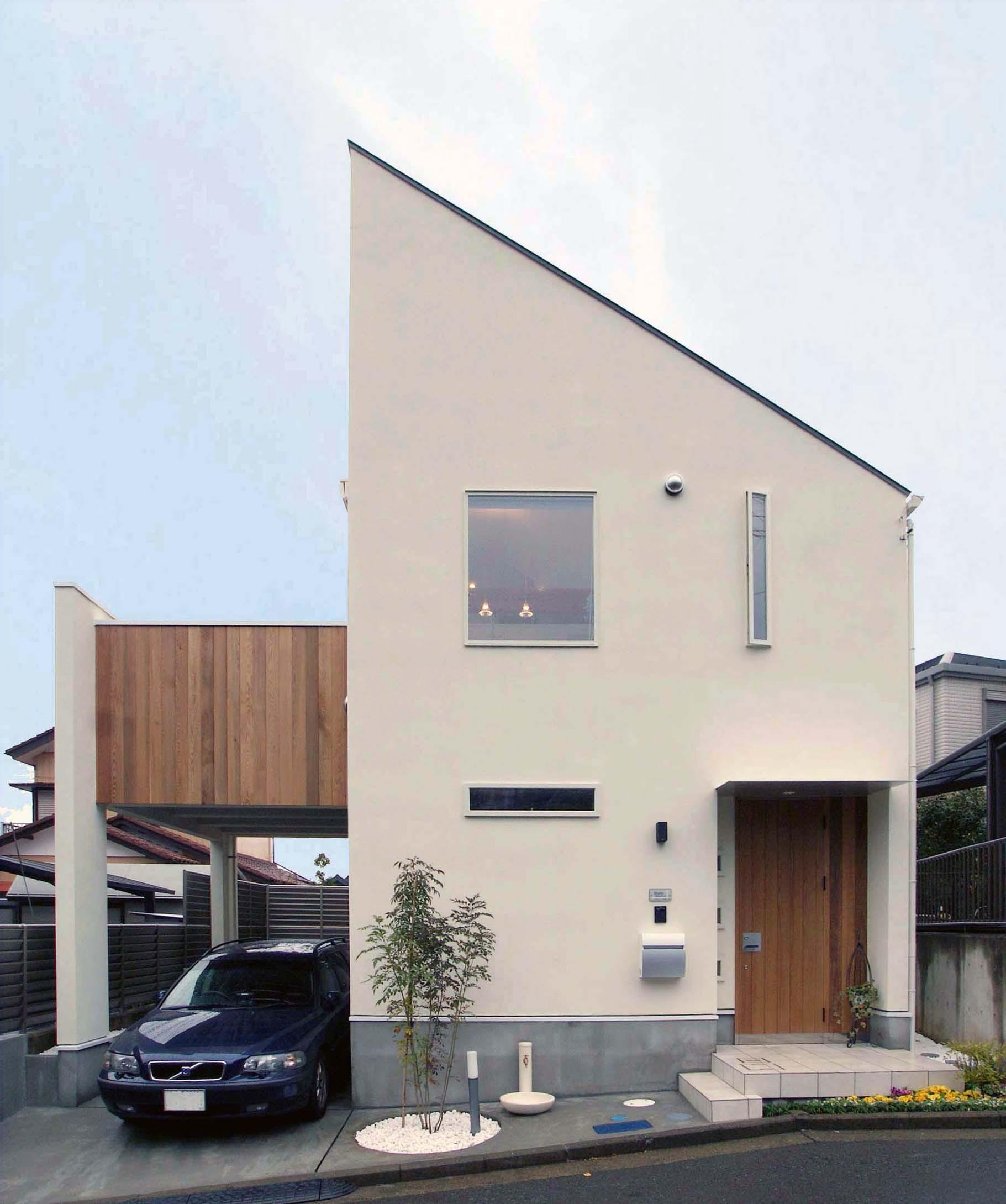 外観事例:大きなバルコニーのある狭小住宅外観(house-hol)