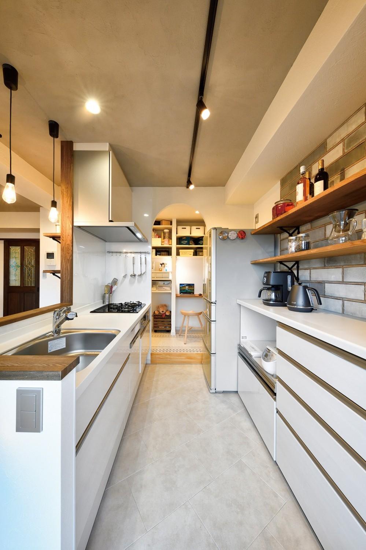 ネコと暮らす新しい住まい (清潔感のある白で統一されたキッチン)