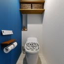 家事ラク!働くママのリノベーションの写真 片面ブルーが斬新なトイレ