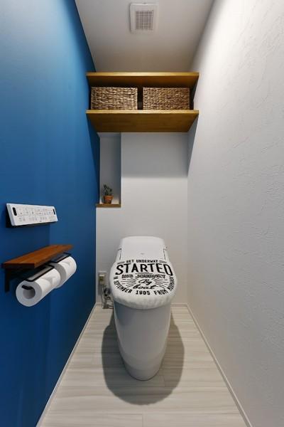 片面ブルーが斬新なトイレ (家事ラク!働くママのリノベーション)