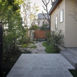 片瀬山の家〜相模湾を一望にするスキップフロアの家〜 (前庭)