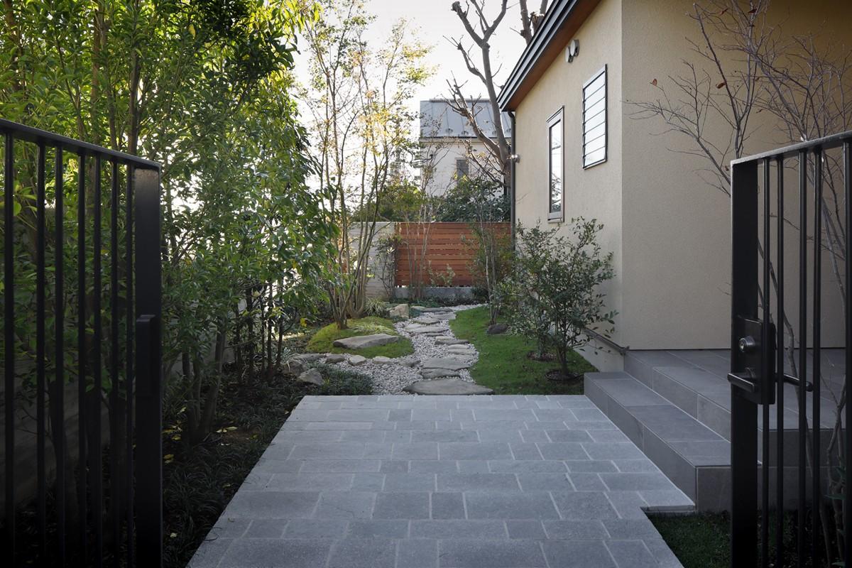 アウトドア事例:前庭(片瀬山の家〜相模湾を一望にするスキップフロアの家〜)