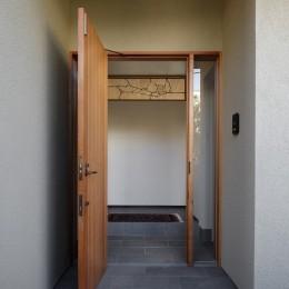 片瀬山の家〜相模湾を一望にするスキップフロアの家〜 (玄関)