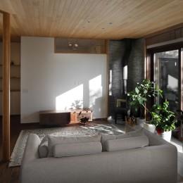 片瀬山の家〜相模湾を一望にするスキップフロアの家〜 (リビング)