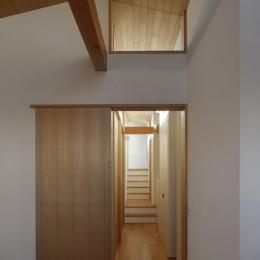 片瀬山の家〜相模湾を一望にするスキップフロアの家〜 (2階廊下)