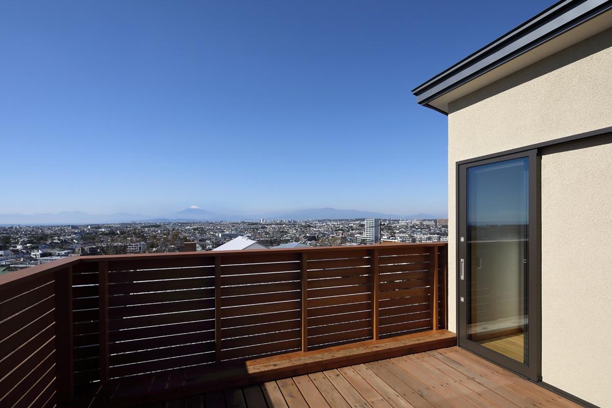 アウトドア事例:屋上(片瀬山の家〜相模湾を一望にするスキップフロアの家〜)