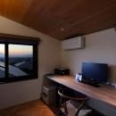片瀬山の家〜相模湾を一望にするスキップフロアの家〜の写真 書斎