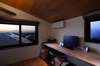 書斎 (片瀬山の家〜相模湾を一望にするスキップフロアの家〜)