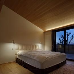 片瀬山の家〜相模湾を一望にするスキップフロアの家〜 (寝室)