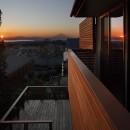 片瀬山の家〜相模湾を一望にするスキップフロアの家〜の写真 夕景