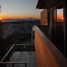 片瀬山の家〜相模湾を一望にするスキップフロアの家〜 (夕景)