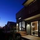 片瀬山の家〜相模湾を一望にするスキップフロアの家〜の写真 テラス夕景