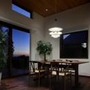 片瀬山の家〜相模湾を一望にするスキップフロアの家〜の写真 ダイニング夕景