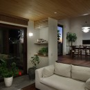 片瀬山の家〜相模湾を一望にするスキップフロアの家〜の写真 リビングダイニング夕景