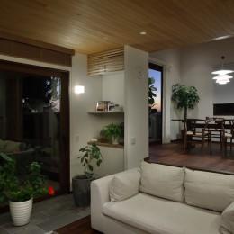 片瀬山の家〜相模湾を一望にするスキップフロアの家〜 (リビングダイニング夕景)