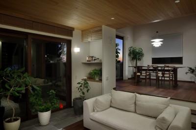 リビングダイニング夕景 (片瀬山の家〜相模湾を一望にするスキップフロアの家〜)