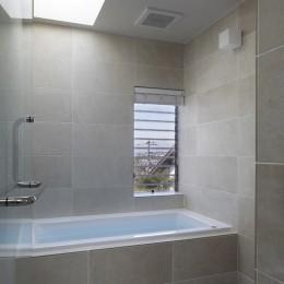 片瀬山の家〜相模湾を一望にするスキップフロアの家〜 (浴室)