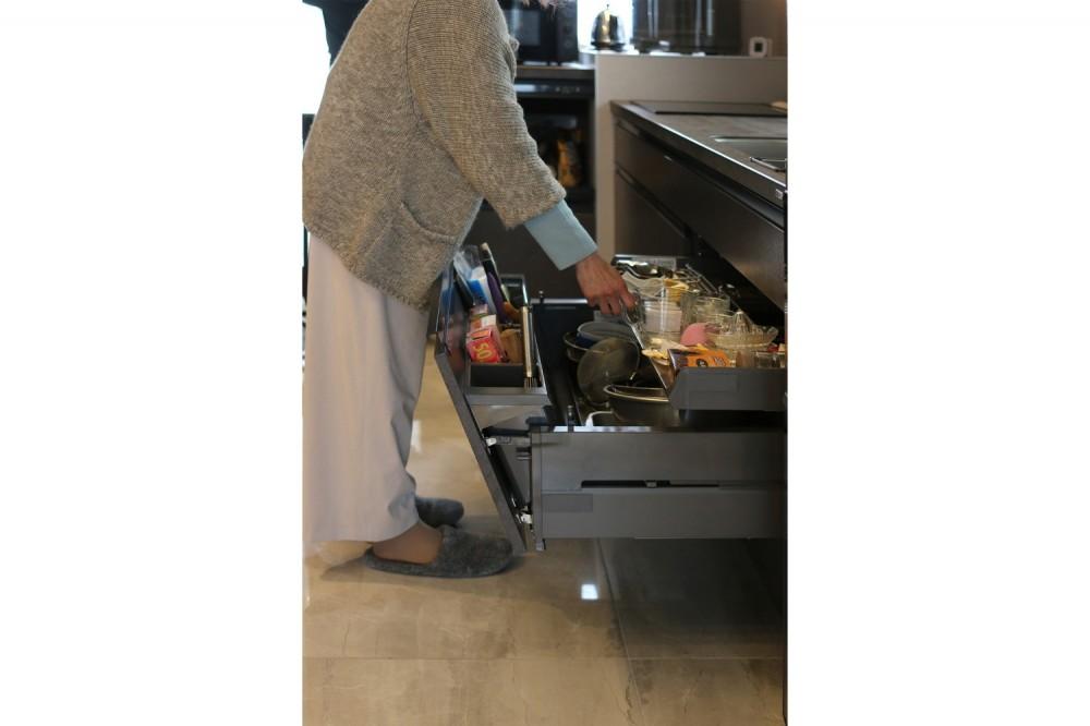 モノトーンカラーをベースにシックで高級感ある空間に (キッチン)
