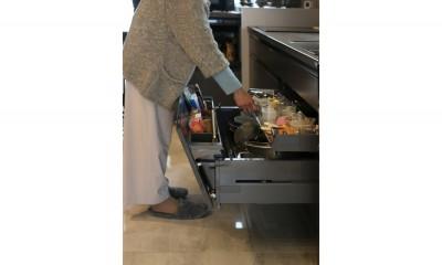 キッチン|モノトーンカラーをベースにシックで高級感ある空間に