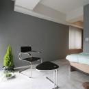 モノトーンカラーをベースにシックで高級感ある空間にの写真 寝室