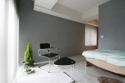寝室 (モノトーンカラーをベースにシックで高級感ある空間に)