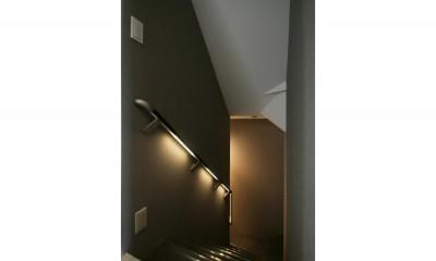 階段|モノトーンカラーをベースにシックで高級感ある空間に